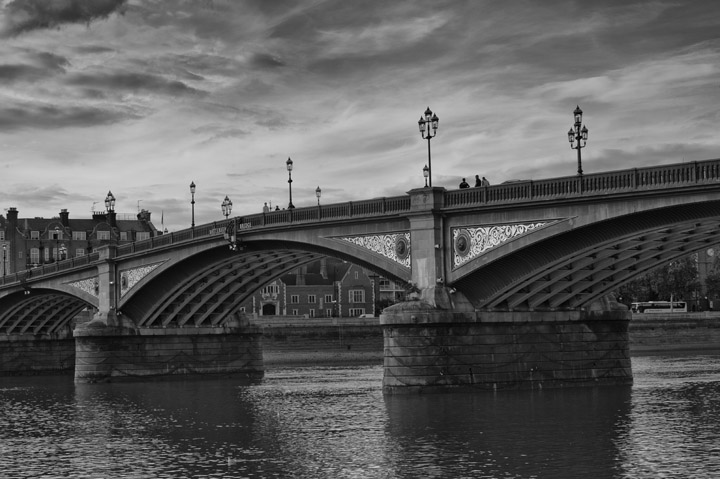Black and white photo of Battersea Bridge