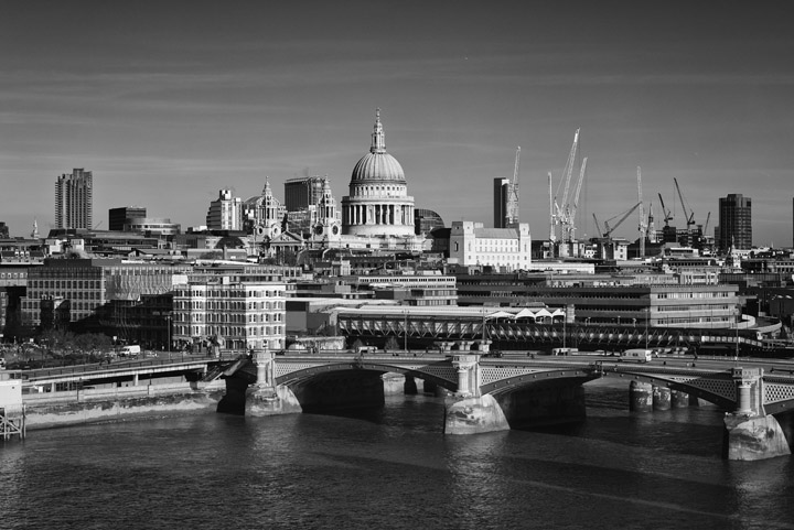 Black and white photo of Blackfriars Bridge