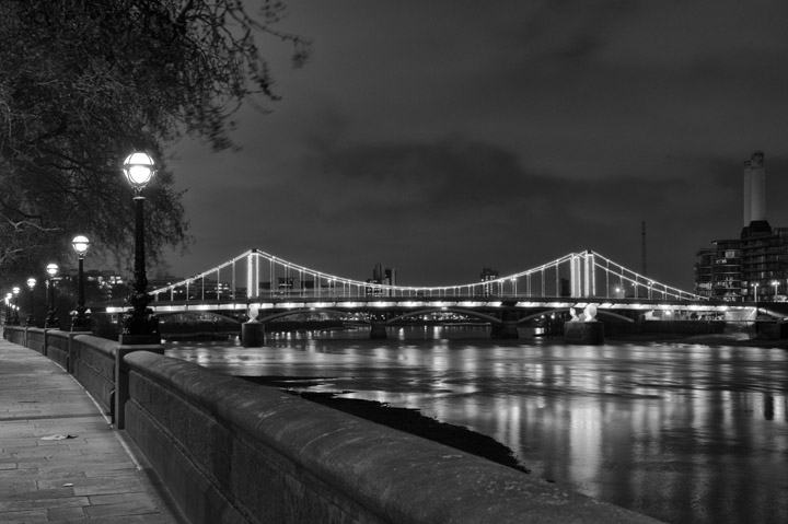 Black and white photo of Chelsea Bridge