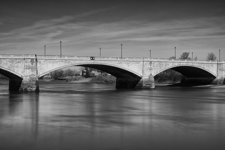 Black and white photo of Chiswick Bridge