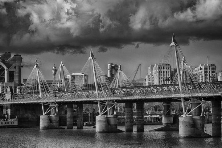 Black and white photo of Hungerford Railway Bridge