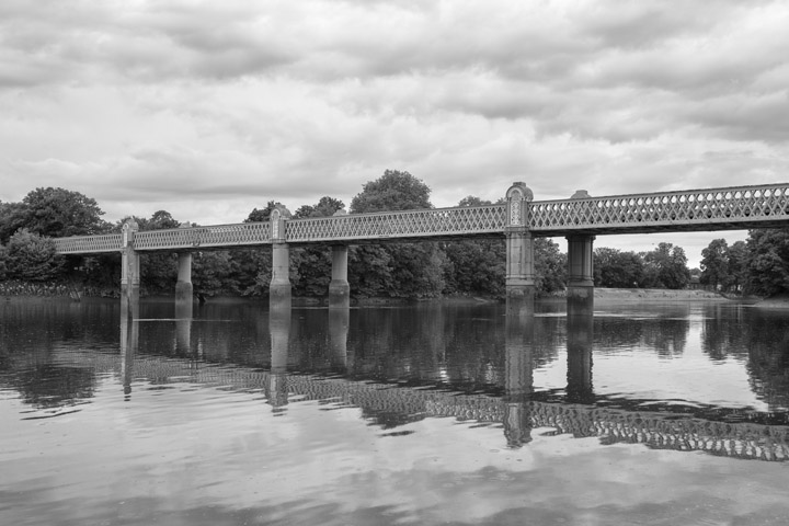 Black and white photo of Kew Railway Bridge