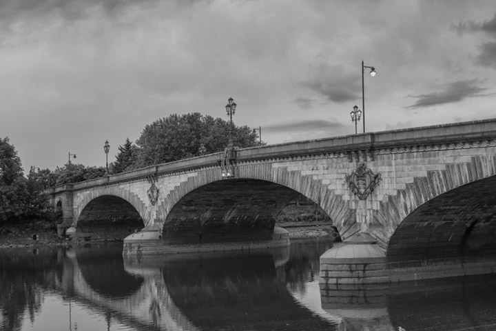Black and white photo of Kew Bridge