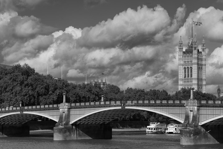 Black and white photo of Lambeth Bridge