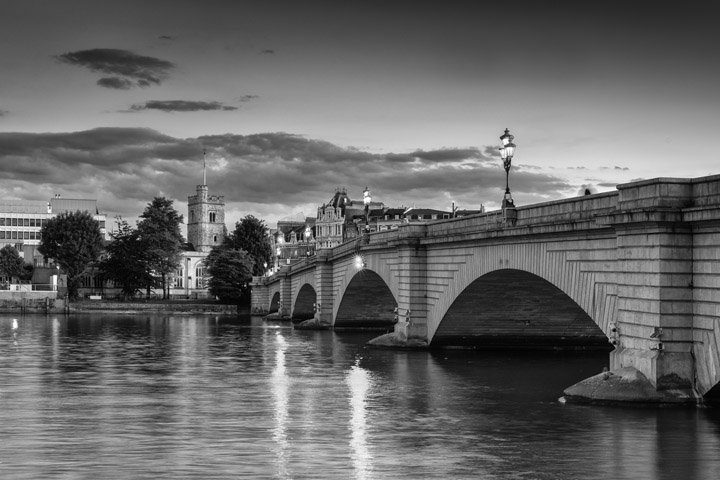 Black and white photo of Putney Bridge