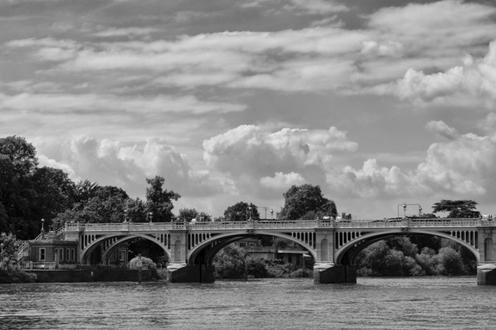 Black and white photo of Richmond Lock Footbridge