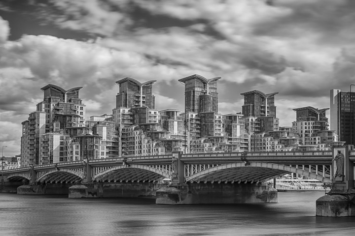 Black and white photo of Vauxhall Bridge