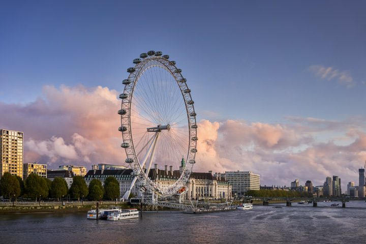 The London Eye at dusk in front of pink clouds