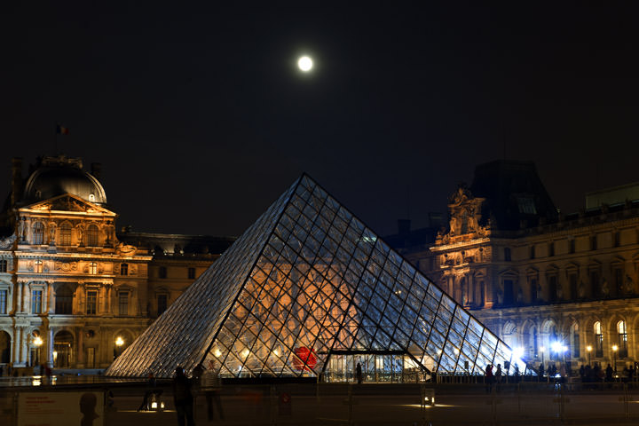 Photograph of Pyramid La Louvre 6