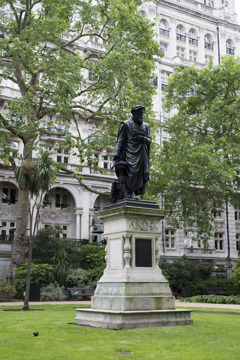 Photograph of Statue Victoria Embankment 1