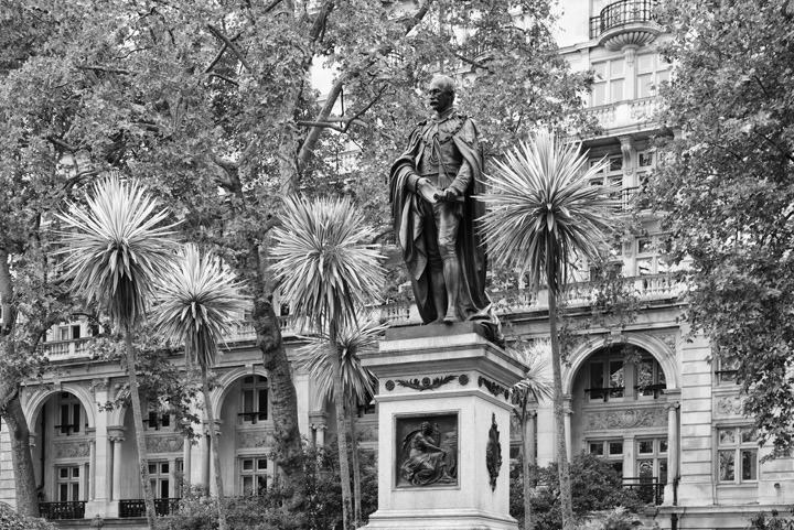 Photograph of Statue Victoria Embankment 3